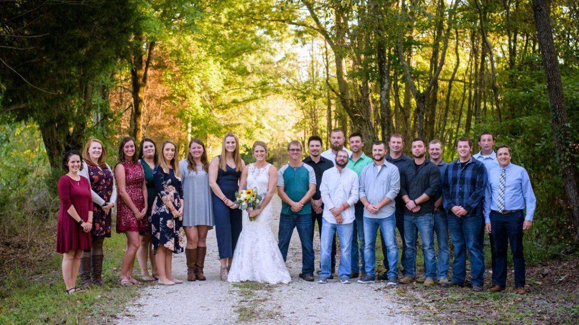 Los amigos de la pareja se reunieron para acompañar a la novia