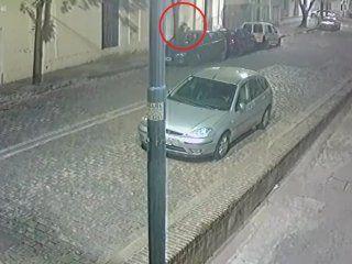 La mujer lleva a su hija al hueco de dos autos