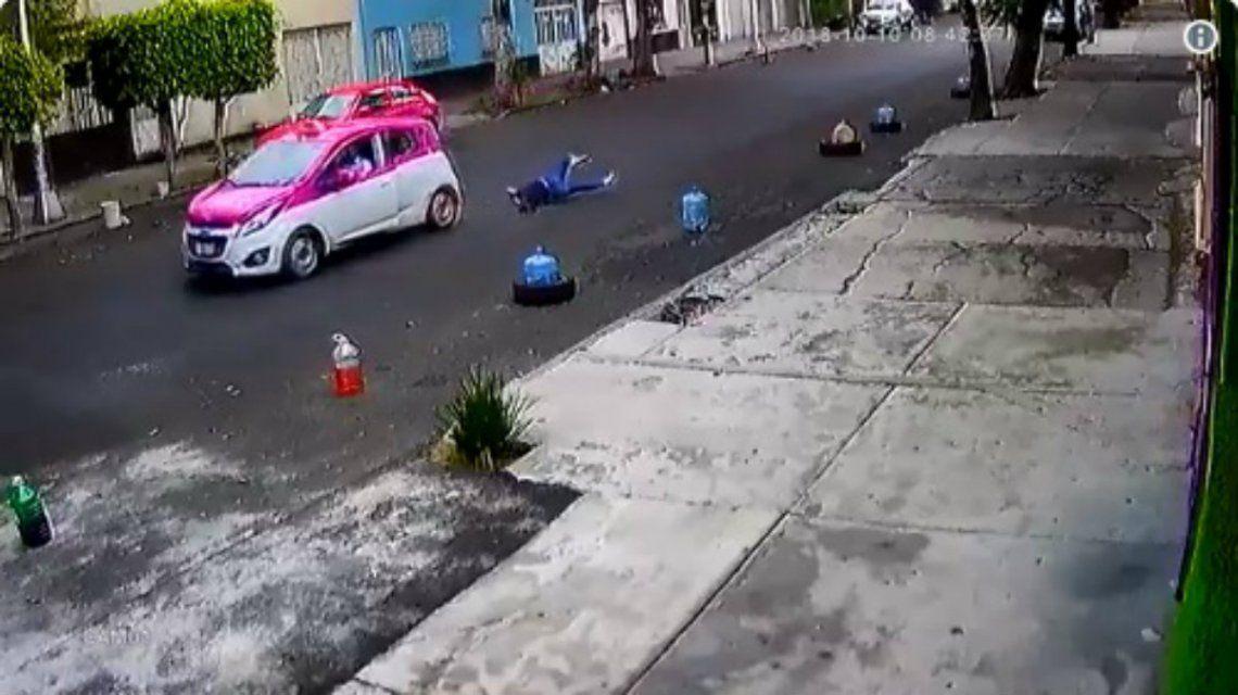 El taxista no quiso parar a pesar de que la mujer estaba colgada del vehículo