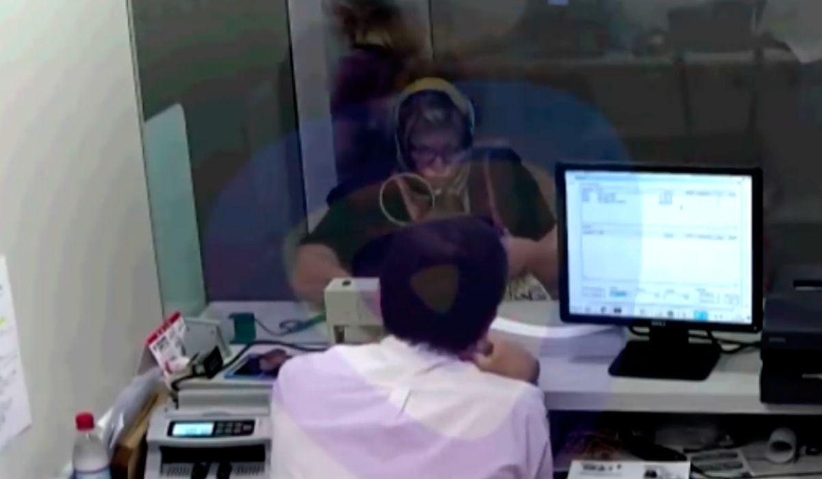 Se disfrazó de la mujer que cuidaba, sacó un crédito y retiró la plata del banco