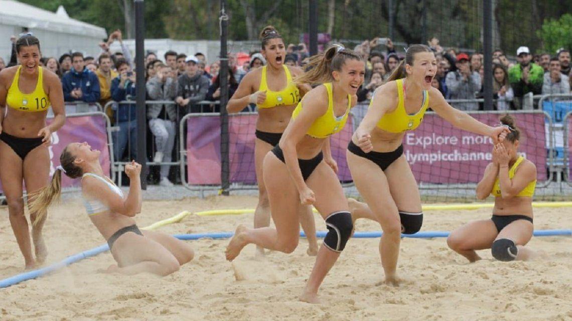 El festejo de las kamikazes tras el pase a semifinales (Foto: Prensa COA)