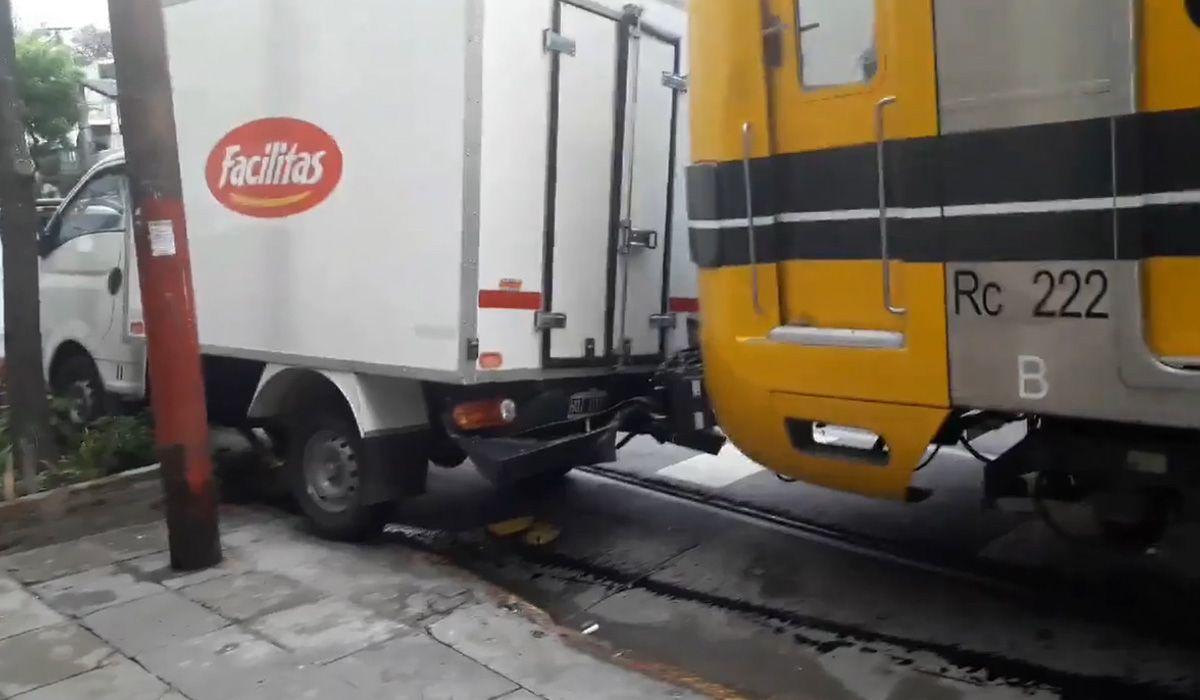 Caballito: un subte se salió del galpón, cruzó la calle y chocó 3 camionetas