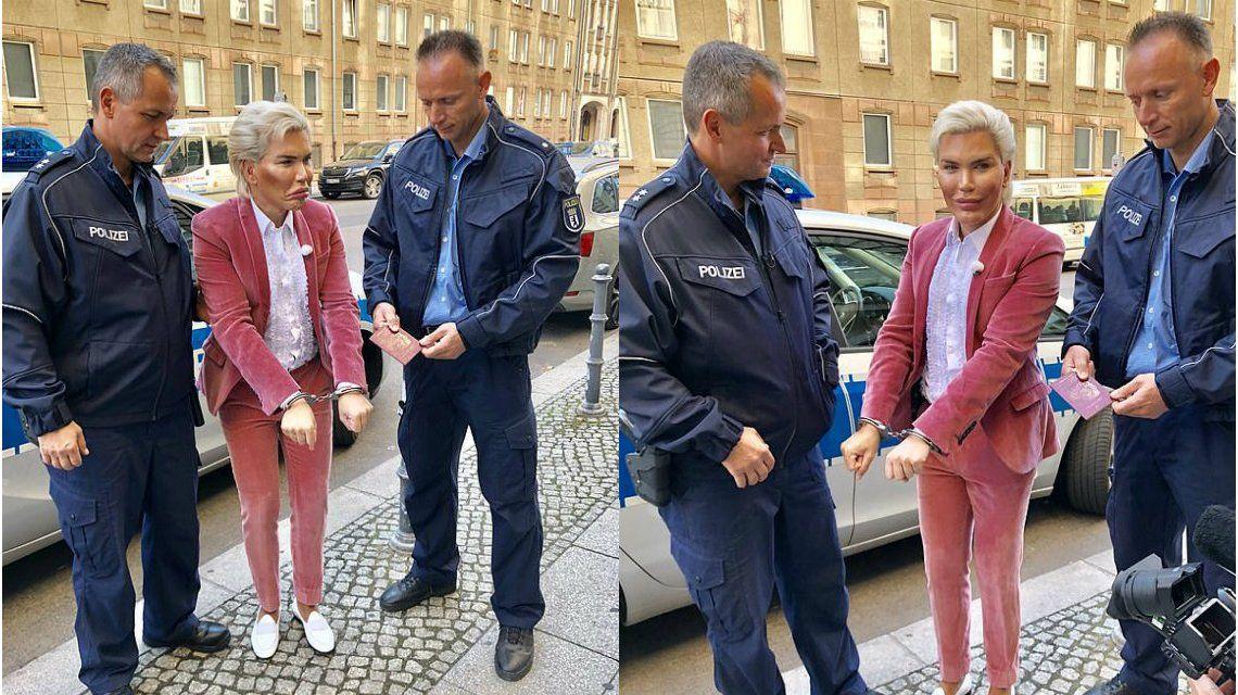 Alves posó hasta cuando lo arrestaban en Berlín