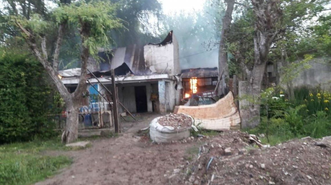 Los vecinos prendieron fuego la vivienda cuando se enteraron del hecho