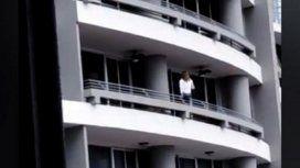 Quiso sacarse una selfie en un balcón y cayó desde un piso 27
