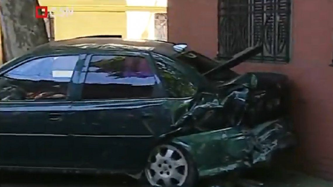 Una ambulancia chocó un auto estacionado en Almagro: el conductor estaba borracho