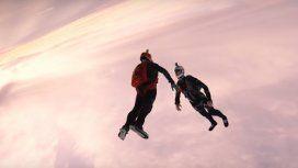 Espectacular salto de dos paracaidistas