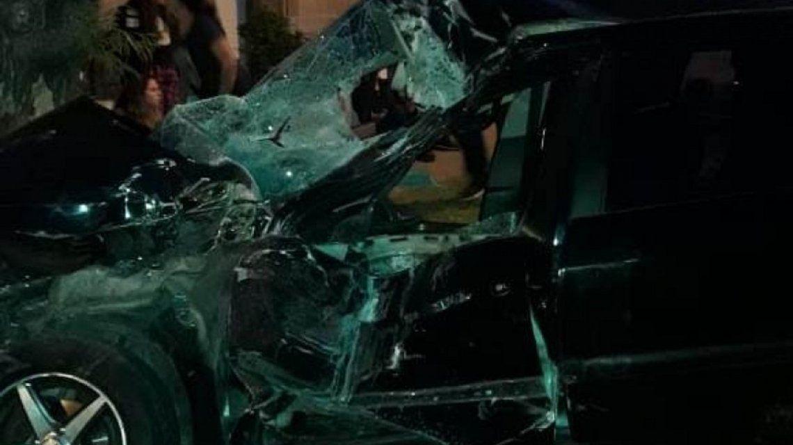 Un colectivo chocó con un auto y se incrustó en una casa: hay al menos 15 heridos