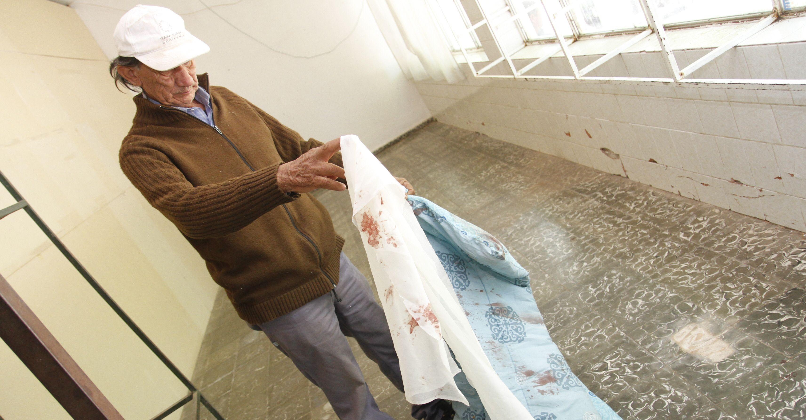 En la casa del ancianoquedaron manchas de sangre luego de que el ladrón lo atacara. Foto: Diario de Cuyo.