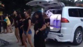 Bailaron durante la cremación de su amiga