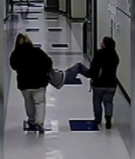 VIDEO: Una maestra y una enfermera arrastran a un nene autista y a su perro guía
