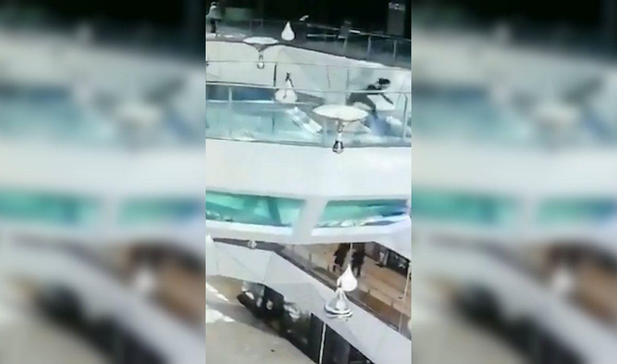 La mujer cayó adentro del estanque lleno de tiburones hambrientos