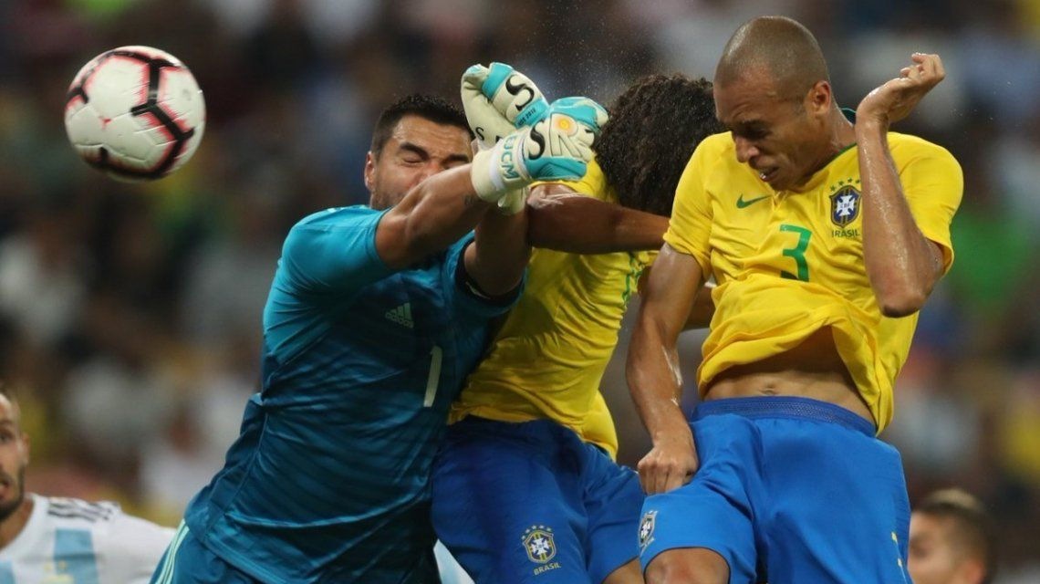Miranda conectó el cabezazo con el que Brasil le ganó a la Argentina