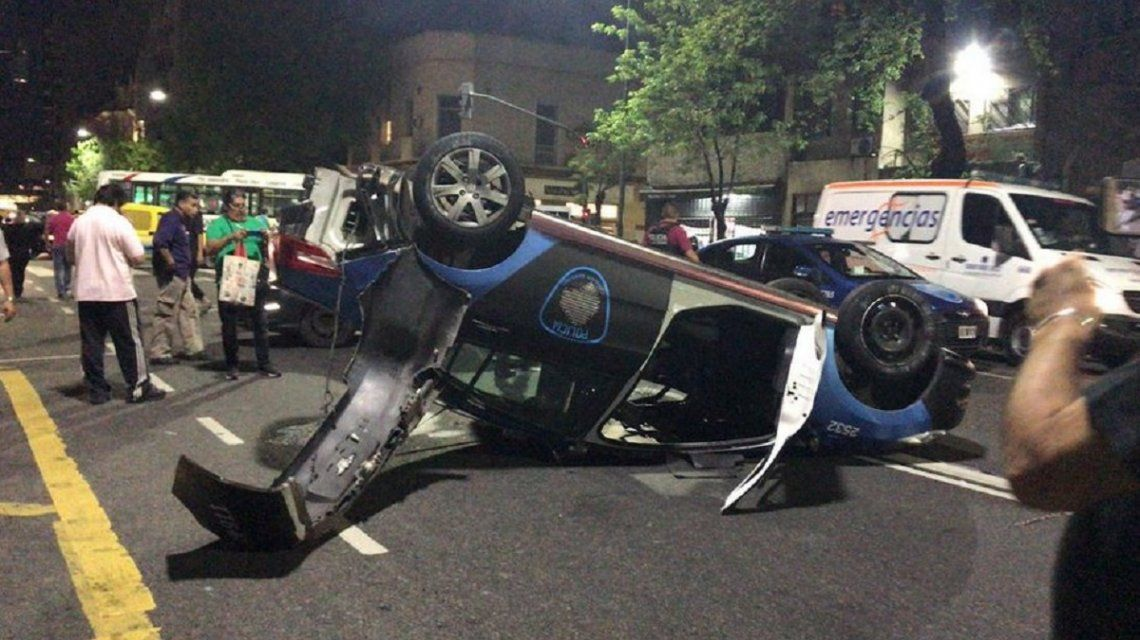 Choque y vuelco entre dos patrulleros en Constitución: hay cinco policías heridos