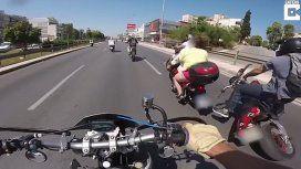 VIDEO: Una mujer en bikini y sin casco chocó con otra moto y cayó al pavimento