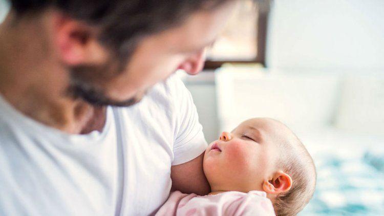 El mejor regalo para mamá: ampliar las licencias por paternidad