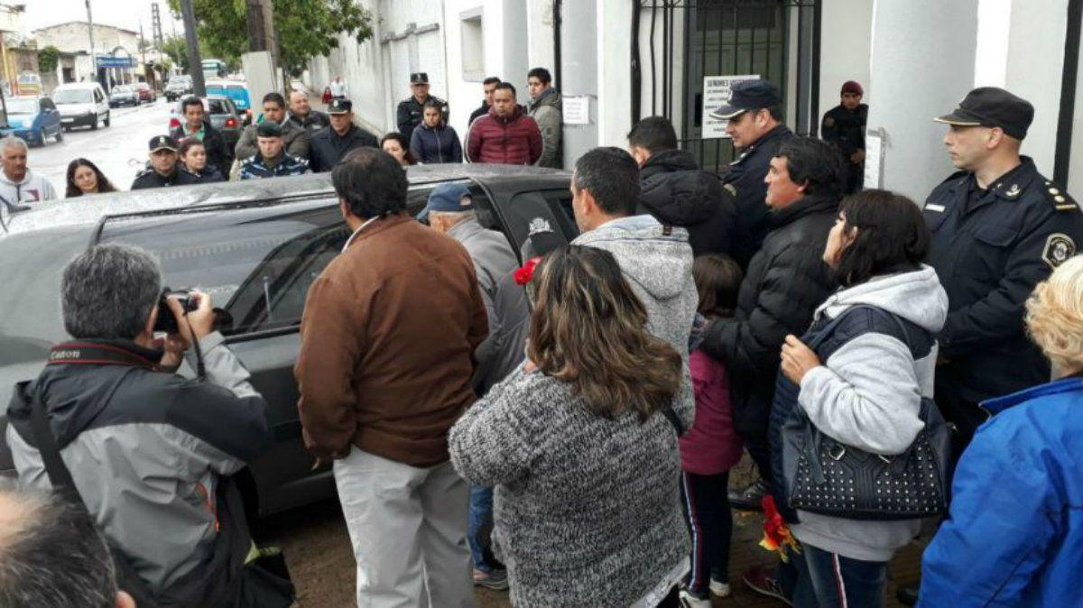 Allegados a la familia de la nena se acercaron para despedirla