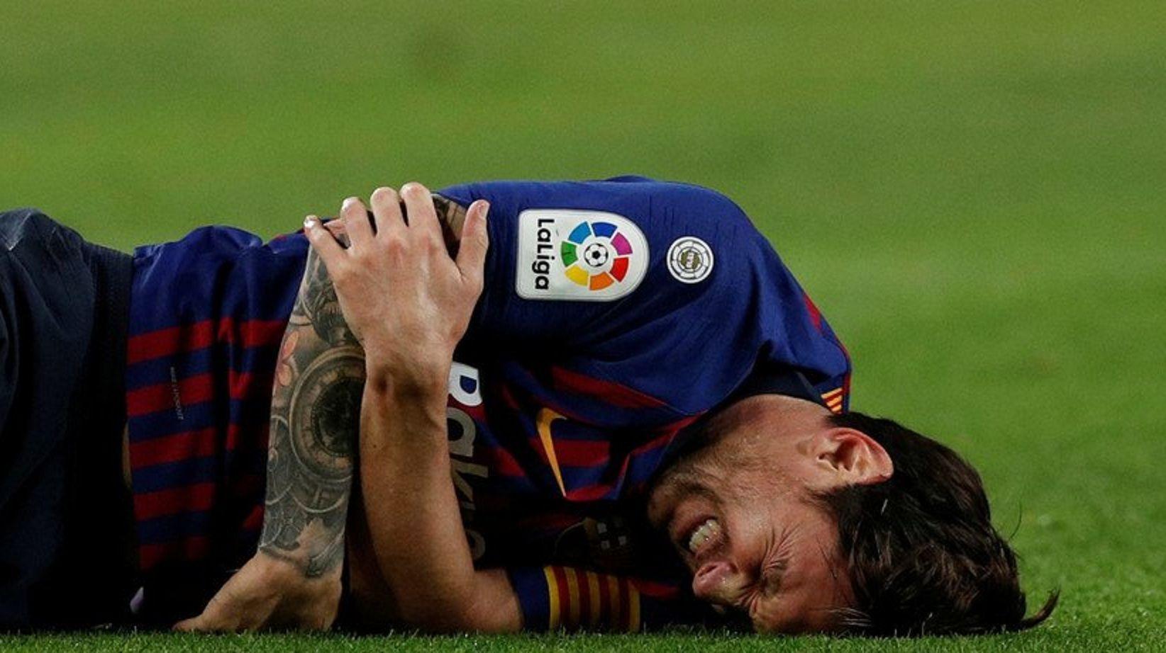 Messi sufre de dolor en el campo de juego del Camp Nou