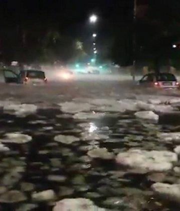 Hielo en las calles y coches flotando: así quedó Roma tras una tormenta de granizo