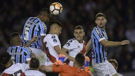 La mala salida de Armani en el gol de Gremio