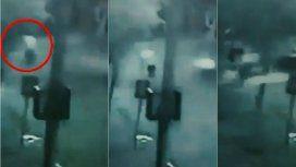 Lo chocó, el conductor se dio a la fuga y ahora pelea por su vida
