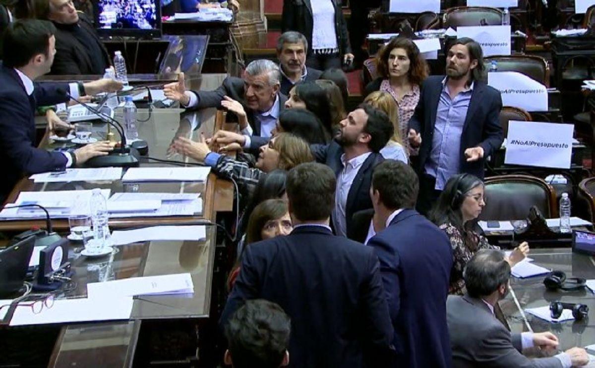 Fuerte pelea entre el oficialismo y la oposición por los incidentes fuera del Congreso