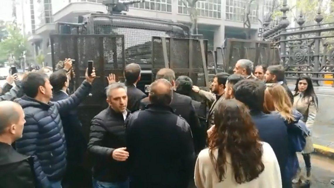 Diputados kirchneristas impidieron el avance de un camión hidrante sobre los manifestantes