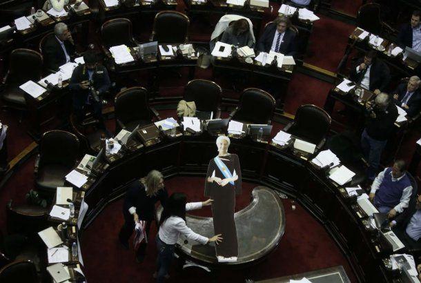 Lagarde, presente en espíritu -y en cartón- durante la sesión en Diputados