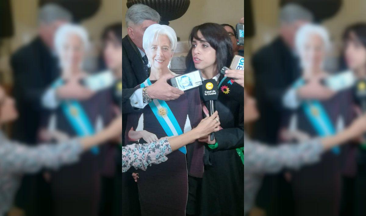 Victoria Donda blandiendo un cartón de la directora gerente del FMI