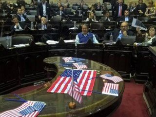 Repartieron banderas de los Estados Unidos a modo de protesta