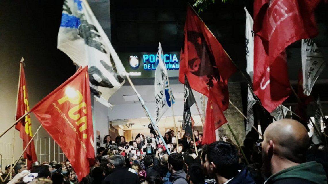 Militantes de izquierda se agruparon en la Comisaría 10ª de la Policía de la Ciudad