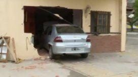 Fuerte choque en Villa Soldati: un auto terminó adentro de una casa