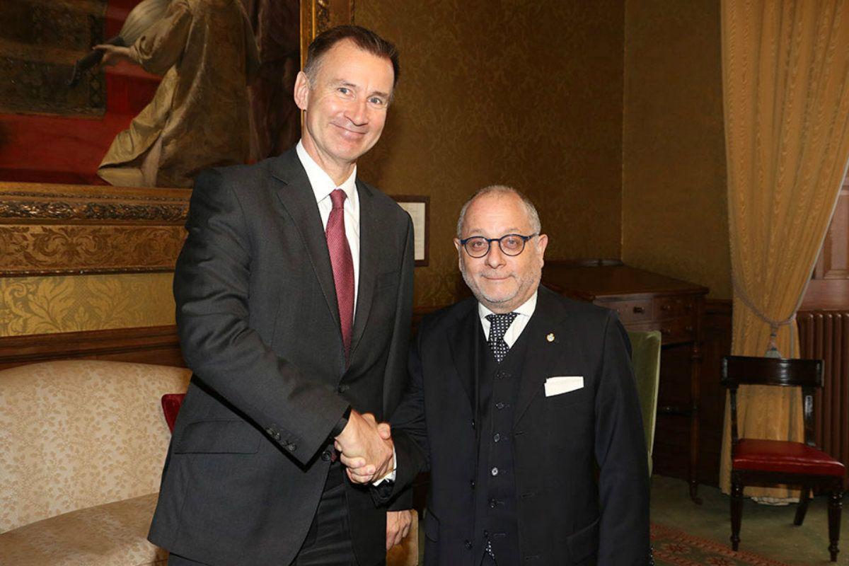 El canciller argentino Jorge Faurie (derecha) durante su encuentro con su par británico