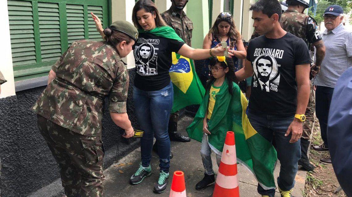 Abrieron las mesas para el balotaje entre Bolsonaro y Haddad en Brasil