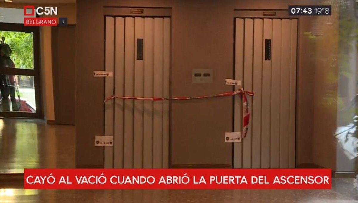 Una joven abrió la puerta del ascensor, cayó en el hueco y murió
