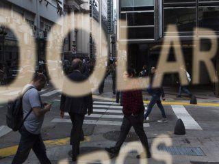 el mercado desconfia de los anuncios de macri y el dolar se disparo a $43,69