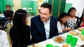 Albóndigas para uno: intendente de Cambiemos fue a almorzar a un colegio y comió mejor que los chicos