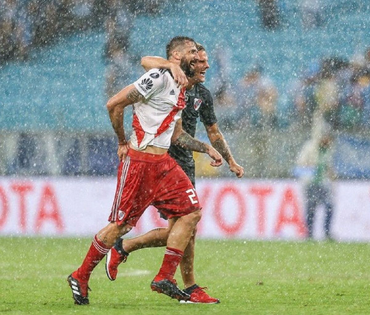 El Oso festeja junto a Bruno Zuculini