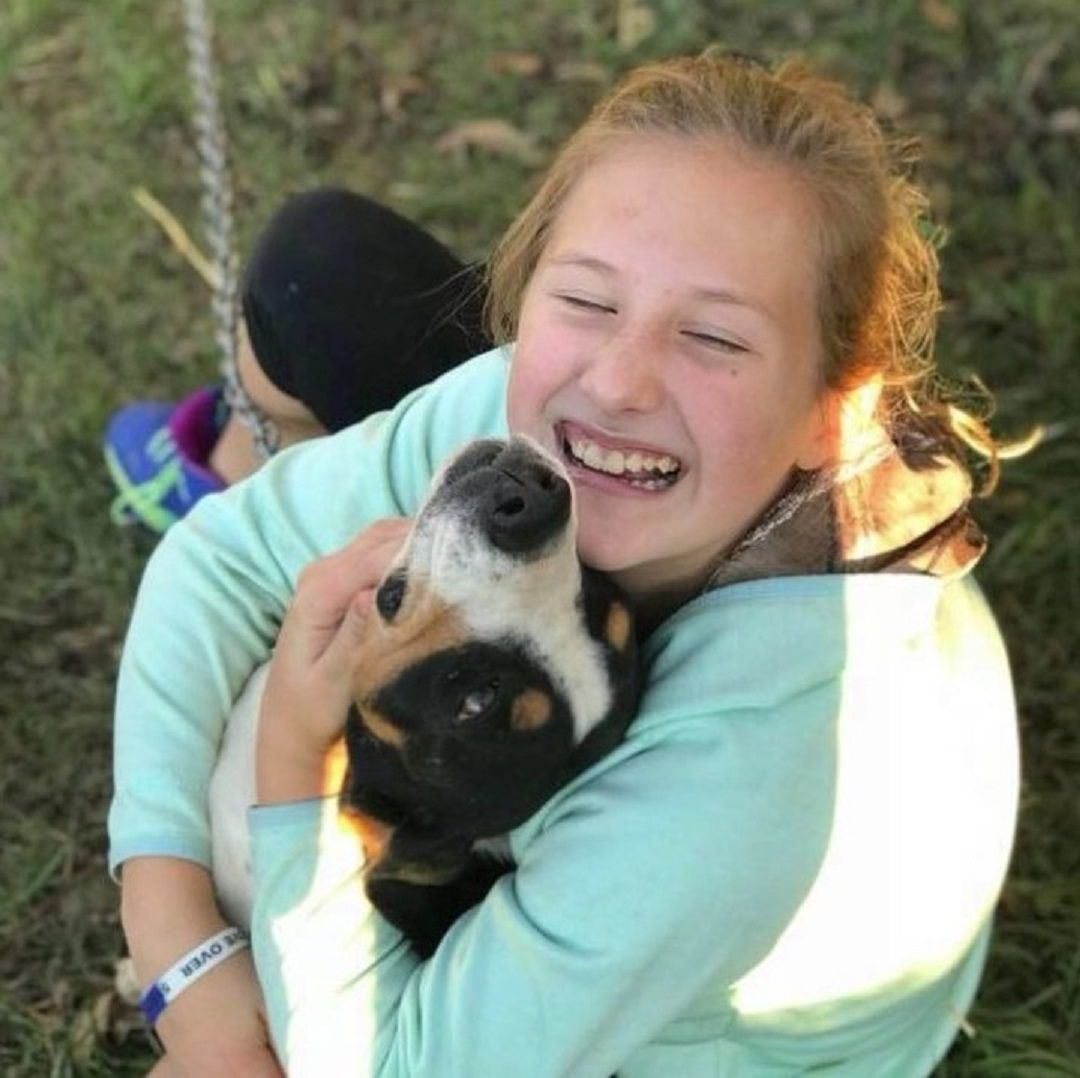 Jennarae Goodbar con otro perro
