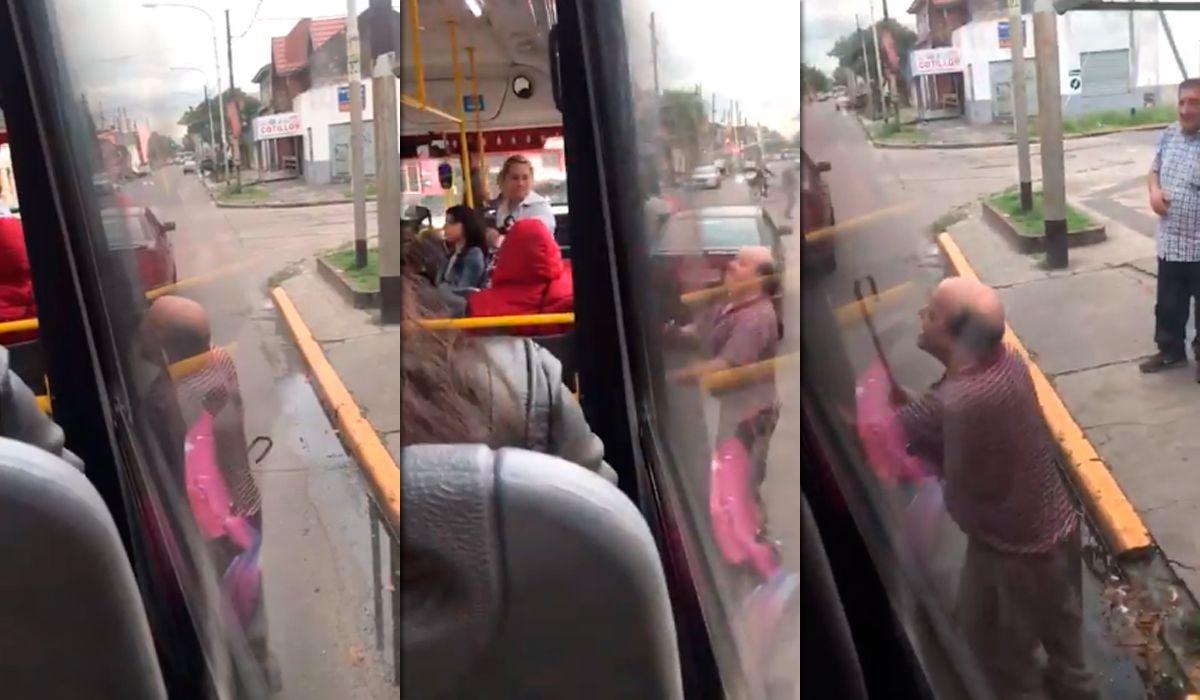 ¡Indignante! Interceptó a un colectivo para pegarle a su ex mujer con un bastón