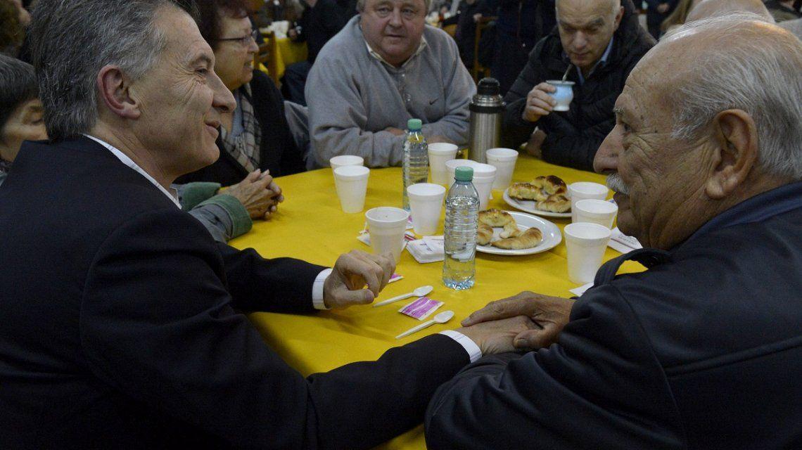 El Presidente Macri en campaña con jubilados