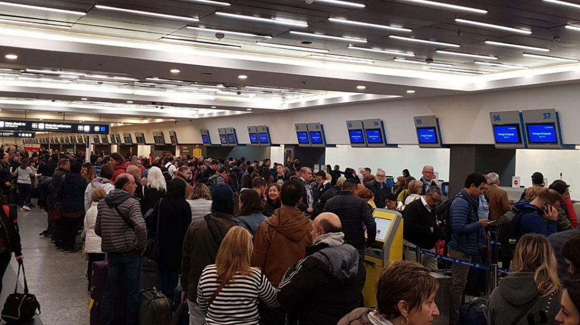 Expectativa por retrasos y cancelaciones de vuelos: los gremios anunciarán más medidas de fuerza