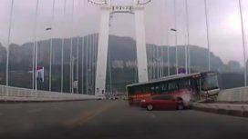 El micro chocó contra un auto y cayó del puente. Murieron 13 personas