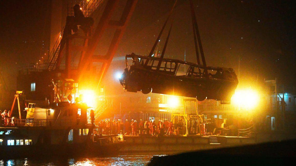 Un chofer discutió con una pasajera, el micro cayó al río y murieron 13 personas
