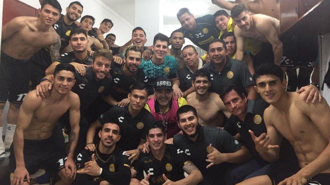 El festejo de Diego Maradona en el vestuario con los jugadores