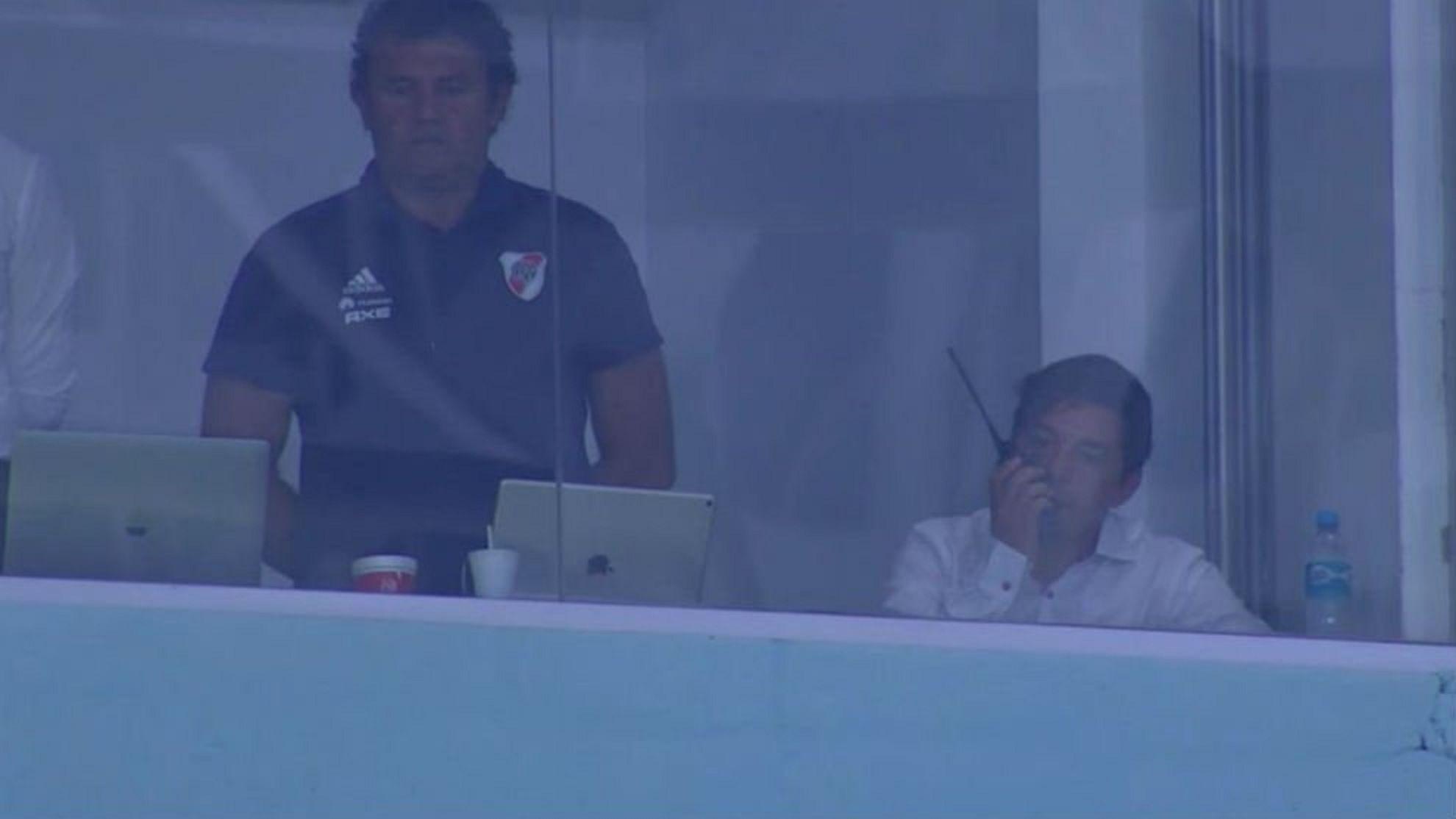 Marcelo Gallardo con un handy en el palco del Arena de Gremio