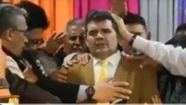 VIDEO: Se desplomó el escenario en el que evangelistas bendecían a Alfredo Olmedo