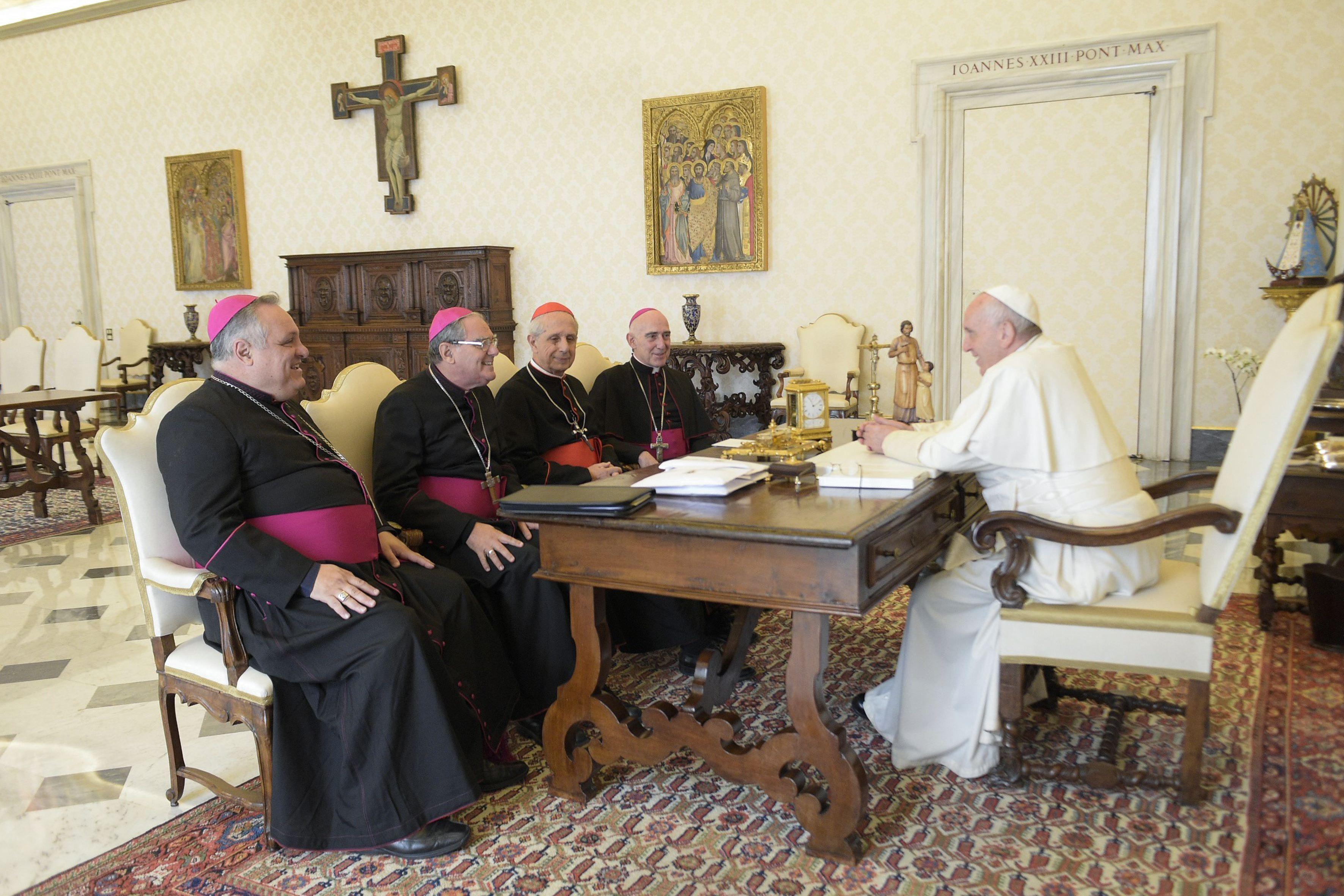 La Iglesia cuestionó al Gobierno por la crisis económica y los ataques personales al Papa
