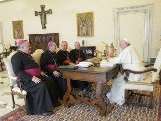 la iglesia cuestiono al gobierno por la crisis economica y los ataques personales al papa
