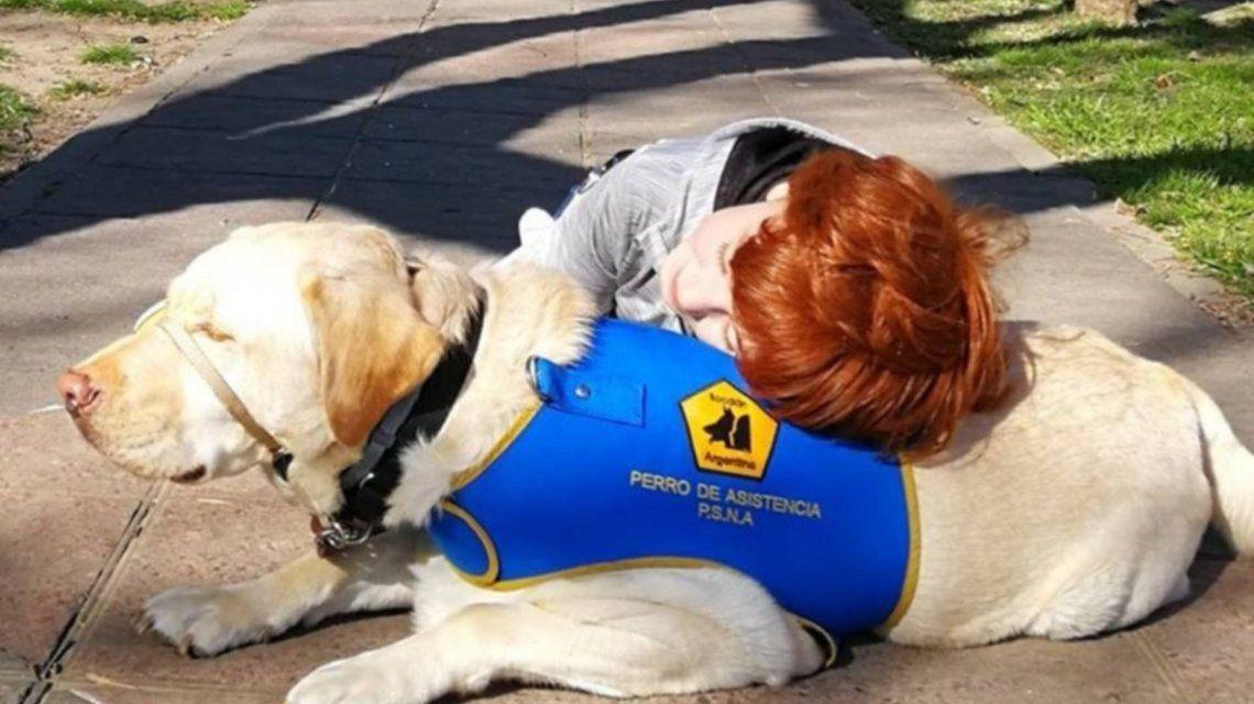 Le prohibieron entrar a Manolo a un nene autista por estar con su perro guía